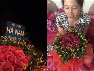 Chàng trai vượt 120km trong đêm để về tặng hoa cho mẹ nhân ngày 20/10