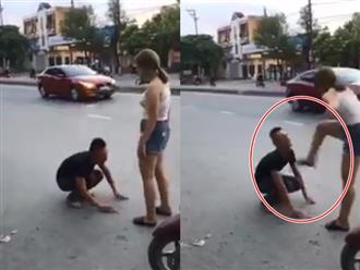 Nam thanh niên chắp tay vái lạy, van xin níu kéo người yêu giữa đường và hành động không thể sốc hơn của cô gái
