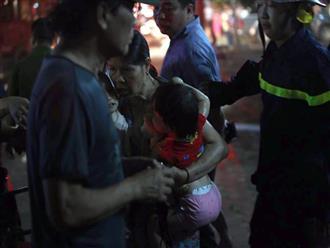 Hà Nội: Cháy chung cư tại Cầu Giấy, cảnh sát PCCC phải dùng xe thang chuyên dụng để cứu người mắc kẹt