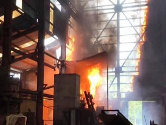 Cháy dữ dội lò luyện thiếc, công nhân tháo chạy thoát nạn