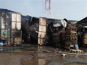 Cháy lớn dữ dội tại kho hàng, tài xế lái xe tải chạy ra ngoài thoát thân ở Sài Gòn