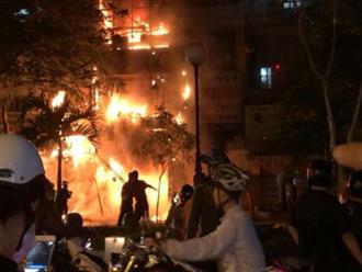 Cháy lớn lúc nửa đêm ở 'phố lồng đèn', nhà 5 tầng bị thiêu rụi
