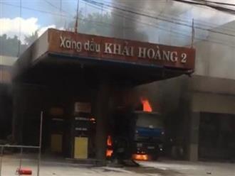 Cháy lớn tại cây xăng dầu gần khu dân cư, nhiều người hỗn loạn