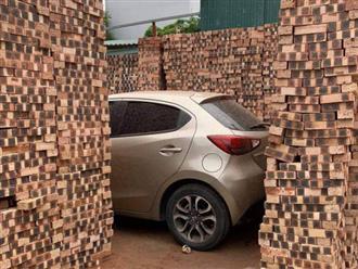 """Chiếc ô tô bị """"bao vây"""" bởi những chồng gạch cao ngút vì dừng đỗ quá lâu, tiến không được lùi cũng không xong"""