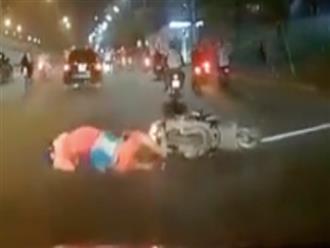 Clip: Tông gia đình 3 người ngã xuống đường, tài xế ô tô không dừng lại mà nhấn ga bỏ chạy