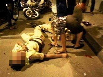 Chở bạn không đội mũ bảo hiểm bị yêu cầu dừng xe, nam thanh niên chạy vào nhà dân rồi đánh CSGT