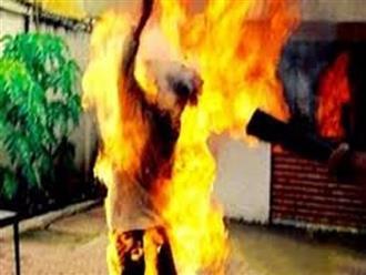 Chồng tẩm xăng lao tới ôm vợ rồi châm lửa tự thiêu