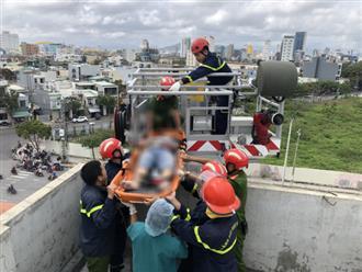 Chống thấm mái nhà sau bão, 1 người bị điện giật tử vong