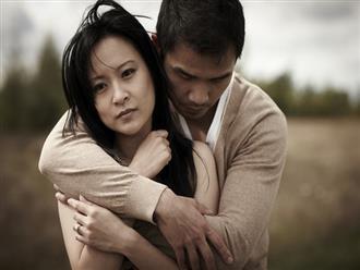Chồng vừa mang cơm cữ vào cho tôi thì mẹ chồng nói một câu đau điếng, song câu trả lời của anh lại khiến tôi bật khóc nức nở
