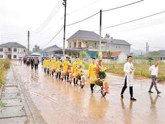 """Chú rể đem 7 xe rùa đến rước dâu khiến nhà gái """"cười như được mùa"""", người đi đường vén áo mưa chụp vội"""