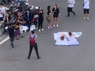 Chuyện lạ nhất phố Hà Nội hôm nay: Đôi bạn trẻ bày gối, trải chăn nằm đọc sách ngay giữa quảng trường bất chấp xe cộ qua lại khiến dân mạng cực kỳ tranh cãi