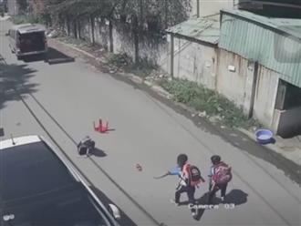 Clip: 3 học sinh văng từ xe đưa đón của trường xuống đường khiến phụ huynh thót tim