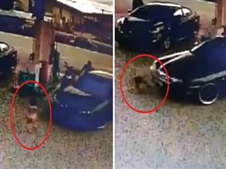 Clip bé gái 2 tuổi bị xe ô tô kéo lê tại trạm xăng vì một phút bất cẩn của người mẹ, lời cảnh tỉnh cho các bậc phụ huynh