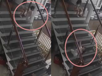 Clip bé gái đẩy em xuống cầu thang, lăn nhiều vòng: Dân mạng tranh cãi do con hay vì phụ huynh?