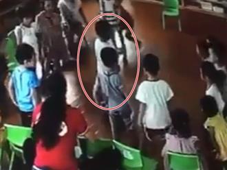 Clip: Bé trai bị cô giáo kêu cả lớp lao vào đánh hội đồng khiến phụ huynh bức xúc