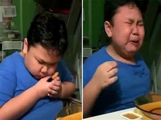 Clip bé trai khóc hết nước mắt vì lần đầu được ăn gà rán sau nhiều tháng trời khiến dân mạng vừa thương vừa cười