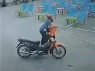Clip: Bé trai bị gã đàn ông lạ mặt quấy rối ngay trước cửa nhà khiến nhiều phụ huynh hoang mang