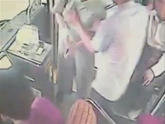 Clip cô gái bị gã biến thái lao vào sờ soạng ngực ngay trên xe buýt gây bức xúc