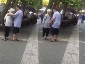 Clip cụ ông dỗ dành người thương giữa đường khiến nhiều cô gái trẻ ngưỡng mộ