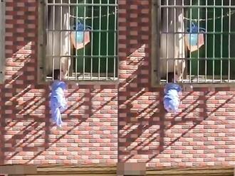 Clip bé trai 3 tuổi bị kẹt đầu trong cửa sổ khiến nhiều người bức xúc: Không trông con được thì đừng sinh