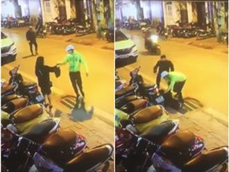 Clip gây phẫn nộ: Đang đứng chờ nhận đồ, cô gái Hà Nội bất ngờ bị 2 thanh niên giả làm shipper đấm đá dã man