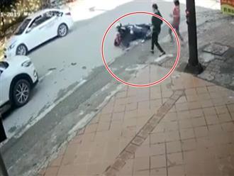 Clip: Bị ô tô tông văng nhiều mét khi dừng đèn đỏ, mẹ hốt hoảng ôm con nhờ người giúp đỡ