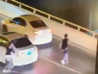 Clip mẹ ngã quỵ sau khi chứng kiến cảnh con trai 17 tuổi nhảy cầu tự tử ngay trước mắt