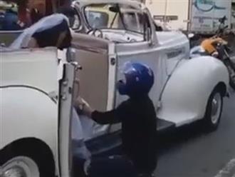 Clip chàng trai quỳ trước xe hoa, van xin người yêu cũ đừng lấy chồng và phản ứng 'phũ' không ngờ của cô dâu