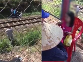 Clip: Người dân cứu bà mẹ nghi trầm cảm dẫn con gái nhỏ tự tử ở đường ray xe lửa