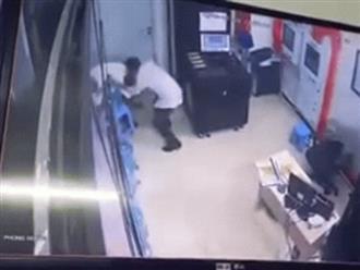 Clip: Người đàn ông say rượu, đánh nữ bảo vệ chung cư, nguyên nhân vì tiếng chuông cửa