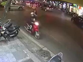 Clip người phụ nữ bị giật điện thoại trong nháy mắt trên phố gây hoang mang