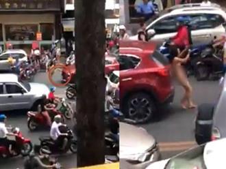 Clip người phụ nữ khỏa thân chở theo đứa trẻ dừng giữa đường phố Sài Gòn, chặn ô tô gây xôn xao