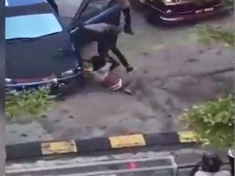 Clip sốc: Nghi bị 'cắm sừng', chồng rủ bạn đánh vợ dã man ngay tại nơi làm việc