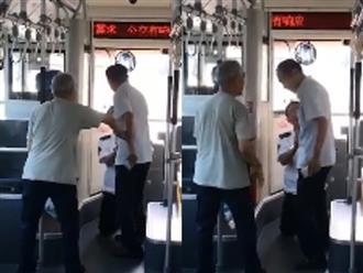 Clip tài xế xe buýt quỳ van xin hành khách: 'Nếu anh khiếu nại, tôi sẽ bị trừ một nửa tiền lương tháng này'