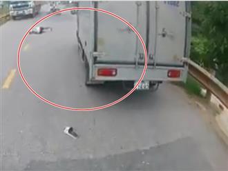 Clip: Thanh niên phóng nhanh đánh rơi bạn giữa đường khiến nhiều người hốt hoảng