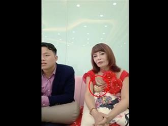 Diện váy diêm dúa, cô dâu 62 tuổi ngồi cạnh chồng vẫn để lộ nội y đầy phản cảm