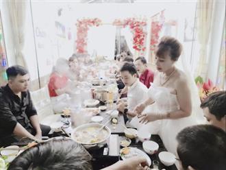 Cô dâu 63 tuổi tổ chức tiệc kỷ niệm 2 năm ngày cưới, khuôn mặt hơi méo hậu phẫu thuật không gây chú ý bằng chiếc váy cúp ngực rườm rà