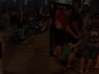 Clip cô gái bị túm tóc đánh, đạp liên tục vào mặt giữa đường vì trộm chó