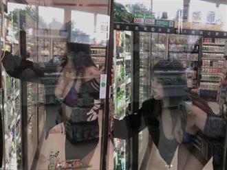 Cô gái chỉ mặc bikini đi siêu thị để lộ vòng 1 cả mét nhưng hành động trước tủ kính mới gây bức xúc nhất