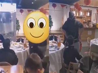 Cô gái đang đi vệ sinh thì bị bé trai lao vào làm chuyện 'động trời', thái độ của bố mẹ đứa trẻ mới gây chú ý
