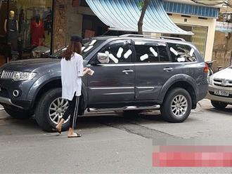Cô gái trẻ livestream dán băng vệ sinh quanh ô tô vì đỗ trước cửa hàng trên phố Hà Nội gây tranh cãi