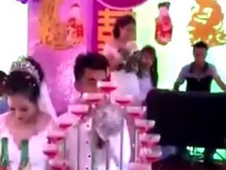 Clip: Cô gái vừa hát 'Người phản bội' vừa khóc như mưa trong đám cưới người yêu cũ