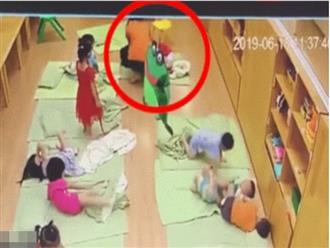 """Cô giáo bị camera an ninh """"bóc"""" cảnh tát bé 2 tuổi sấp mặt, tụ máu môi"""