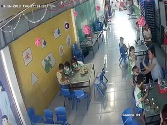 Cô giáo đánh tới tấp vào mặt, đầu trẻ ở trường mầm non giải thích: Đập đầu để chống ói cho trẻ
