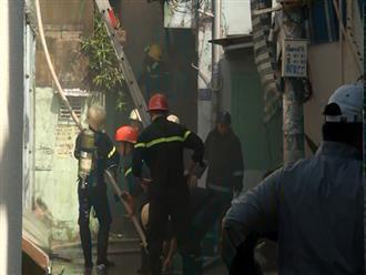 Hai người già cố thủ trong căn nhà bốc cháy trong hẻm