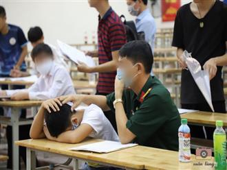 Con trai gục mặt xuống bàn vì làm hồ sơ quá lâu, người bố liền xoa bóp, thì thầm động viên tinh thần