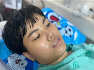 """Con trai mắc căn bệnh hiểm khiến máu liên tục chảy trong bụng, người mẹ nghẹn ngào: """"Bao nhiêu tiền mẹ cũng phải cứu con"""""""