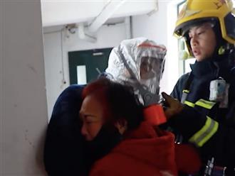 Con trai mắc kẹt trong đám cháy, mẹ già gào thét thảm thiết, cảnh tượng sau cùng khiến ai cũng rơi nước mắt