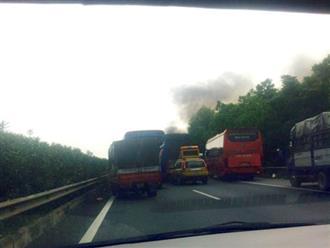 Container vừa chạy vừa bốc cháy ngùn ngụt trên cao tốc Cầu Giẽ - Ninh Bình