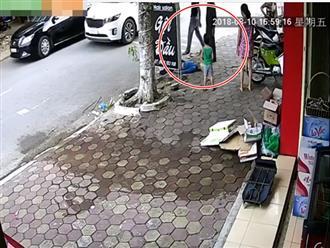 Cụ bà sang đường bị xe tông bất tỉnh, tài xế bế vào lề rồi thản nhiên bỏ đi gây phẫn nộ